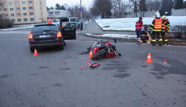 Řidička přehlédla motocyklistu, který jel po hlavní. Skončil v nemocnici