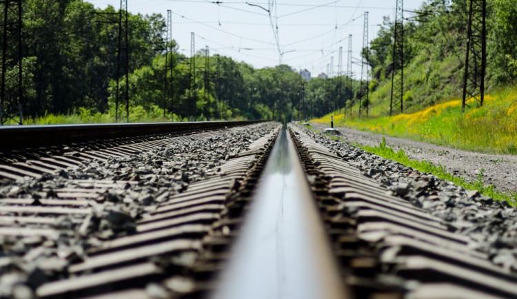 Jeden z mostů nad železnicí mezi Přerovem a místní částí Dluhonice šel k zemi, druhý půjde v létě