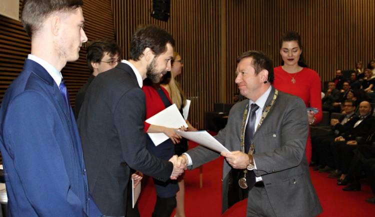 Rektor univerzity udělil 111 ocenění studentům a akademikům