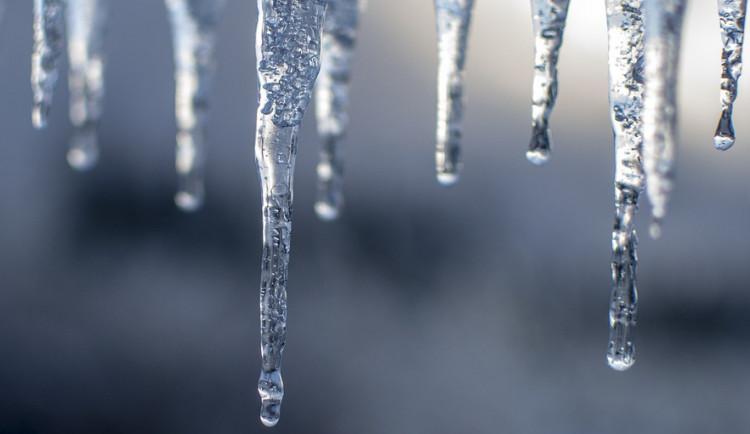 POČASÍ NA PÁTEK: Ojediněle může slabě sněžit, vítr bude oproti včerejšku mírnější