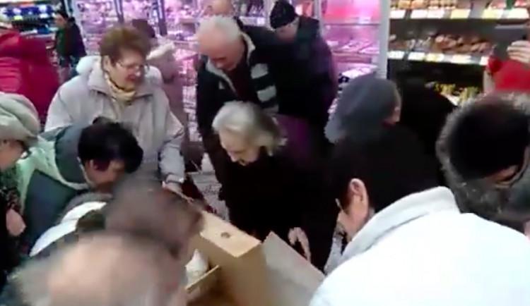 VIDEO: Šedesátiprocentní sleva na kachnu rozpoutala v olomouckém Kauflandu davové šílenství
