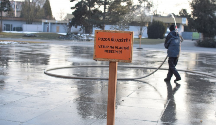 Kluziště na Floře se nedaří udržet, bruslaři musí počkat do příští zimy