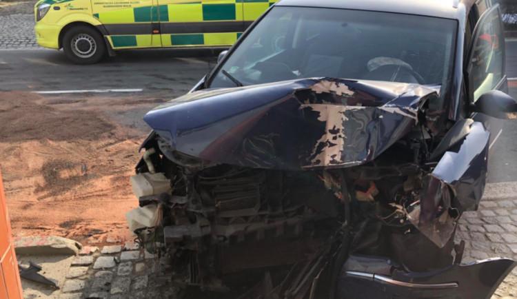 Řidička narazila se svým autem do rodinného domu, vezla dvě děti