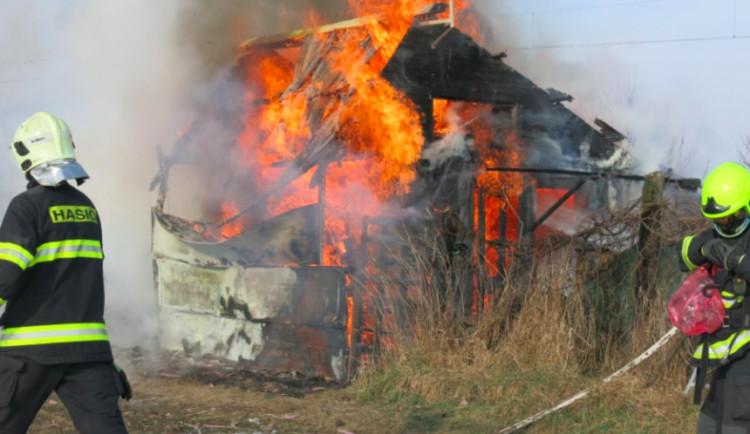 VIDEO: Chatka na Nových Sadech lehla popelem. Při požáru se zranila žena