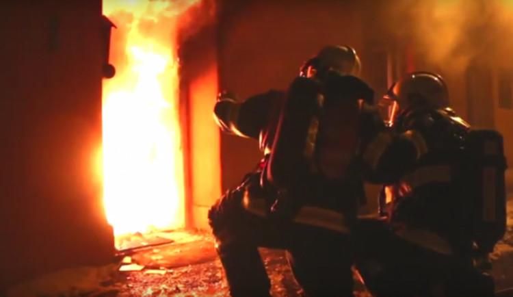 VIDEO: Dva lidé se zranili při požáru domu v Jívové na Olomoucku