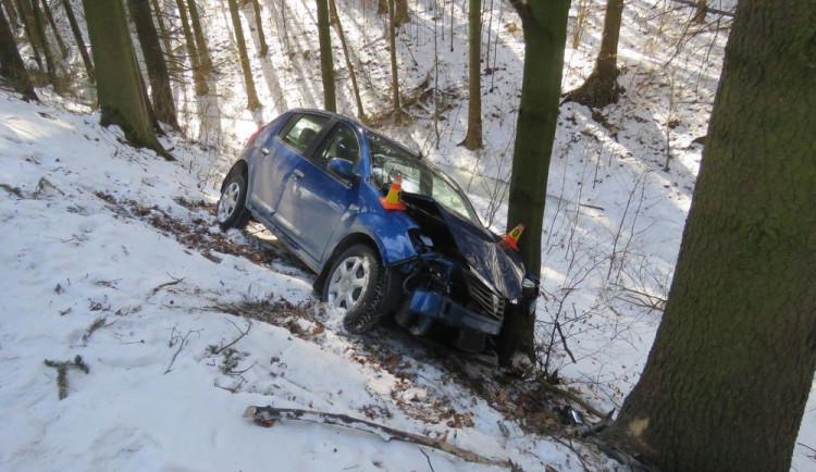 Devatenáctiletý řidič jel moc rychle a narazil do stromu, skončil v nemocnici