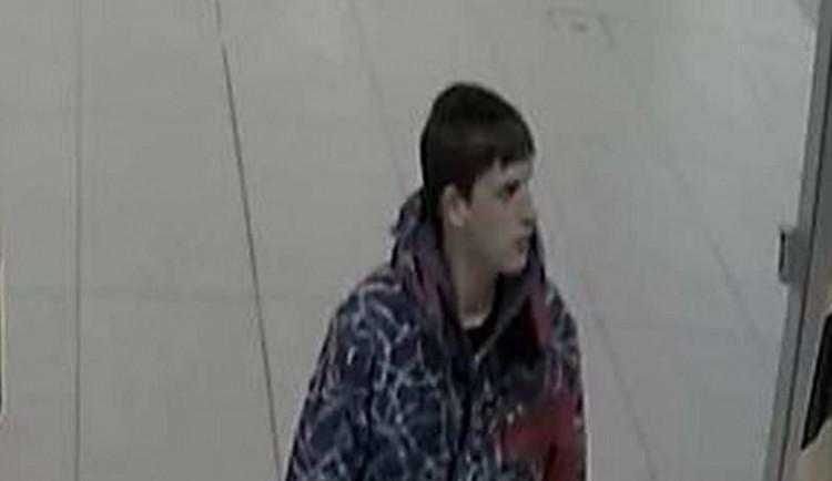 Zloděj kradl v obchodní galerii oblečení, zachytila ho kamera. Policie po něm nyní pátrá