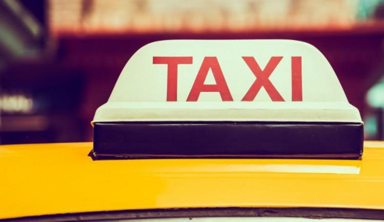 Muž si v Olomouci zavolal taxi, svezení nezaplatil a řidiči ukradl telefon