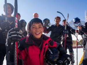 VIDEO: Olomoučtí Brontosauři učí děti v Tibetu hrát hokej