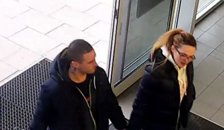 VIDEO: Muž s ženou ukradli čtyři počítačové hry z olomoucké prodejny
