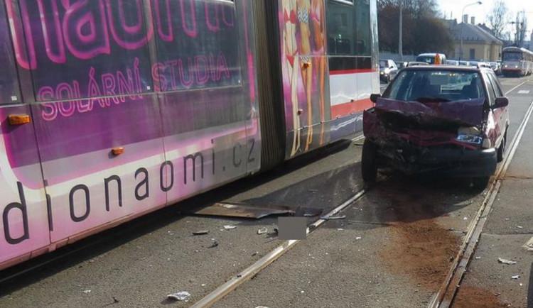 Devatenáctiletý řidič nedal přednost tramvaji, je zraněný