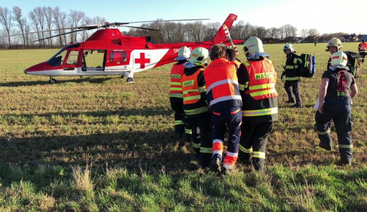 FOTO: Motorkář skončil v nemocnici po srážce s autem u Olomouce