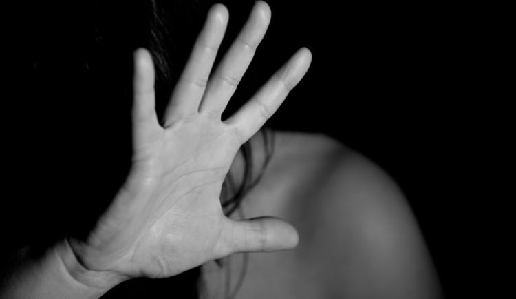 Muž sprostě nadával vlastní dceři, manželku napadl