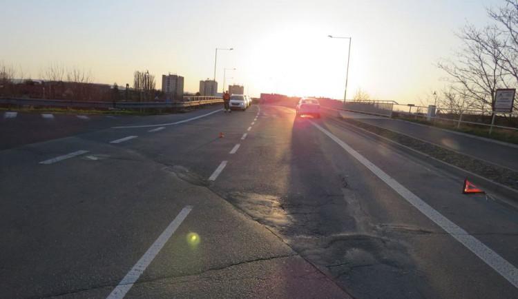 Řidičku oslnilo slunce, srazila motorkáře