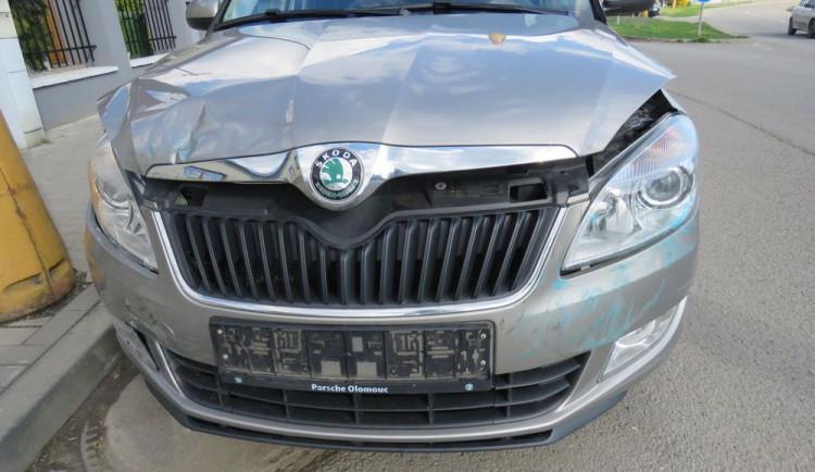 Řidič při rozjíždění narazil do projíždějícího auta, řidička skončila v nemocnici