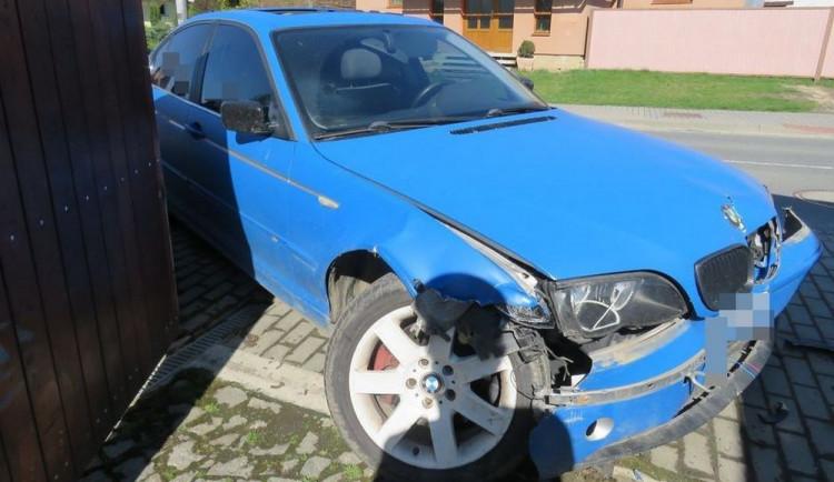Řidič měl přes dvě promile a boural, při nehodě se zranila spolujezdkyně