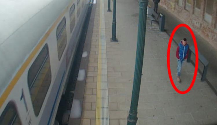 FOTO: Tento muž ukradl z nádraží kolo za deset tisíc, pomozte ho policii najít