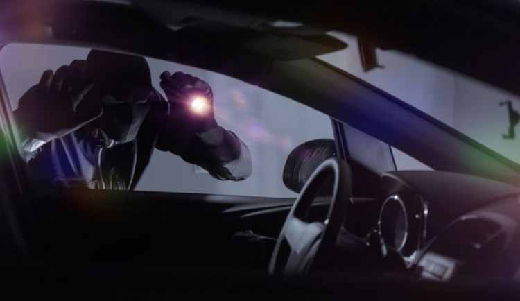 Zloděj na Lazcích poničil auto, aby z něj ukradl vrtačku