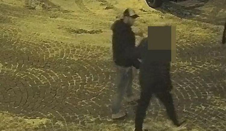 VIDEO: Útočník zmlátil dva muže na Lafayettově ulici, poznáte ho?