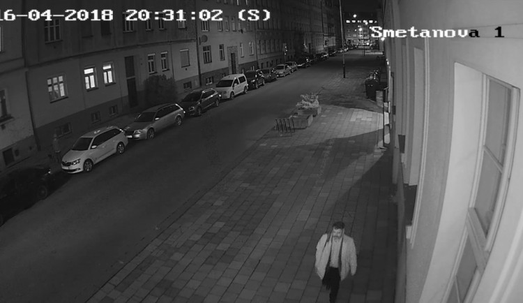 FOTO: Pomozte policii najít muže, který okradl seniora o dvacet tisíc