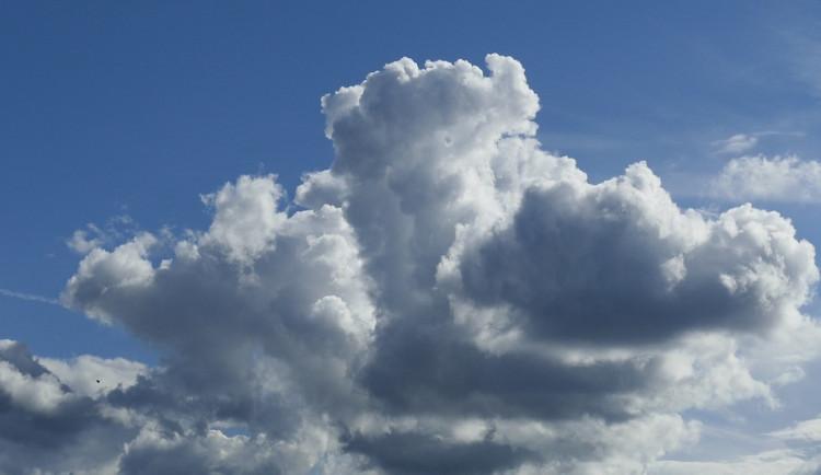POČASÍ NA ÚTERÝ: Teploty oproti pondělku mírně klesnou, během dne se bude protrhávat oblačnost