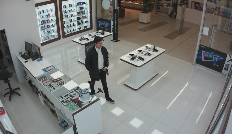 VIDEO: Tento muž kradl telefony v Šantovce, Hané, ale i v Galerii Přerov. Pomozte ho policii najít