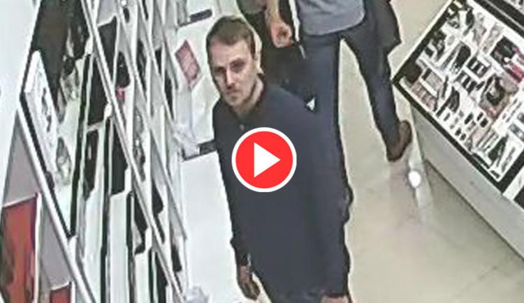 VIDEO: Policie hledá muže, který v olomoucké drogerii kradl značkové parfémy