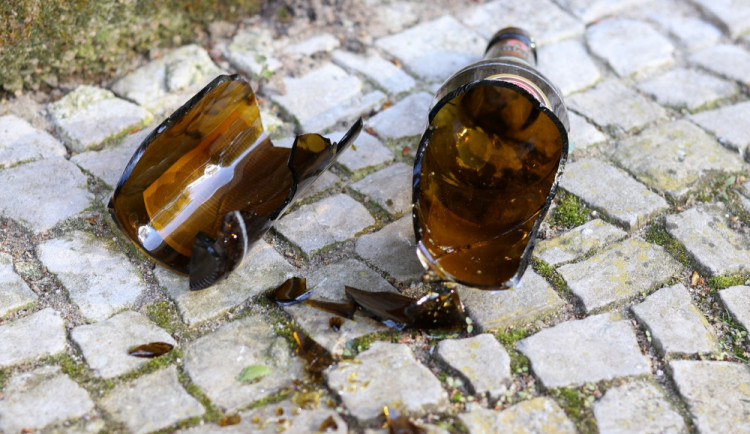 Opilá žena rozbila skleněné dveře na přerovském nádraží, poté plivla na policistu