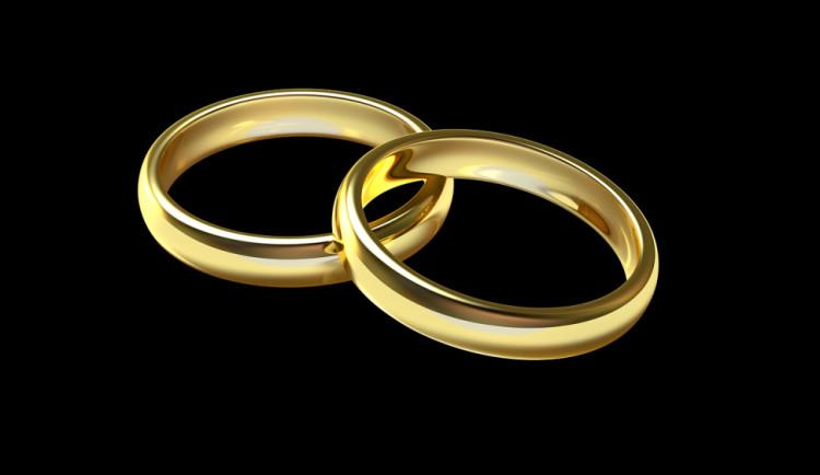Muž neplatil nájem, před vystěhováním ukradl snubní prsteny i televizi