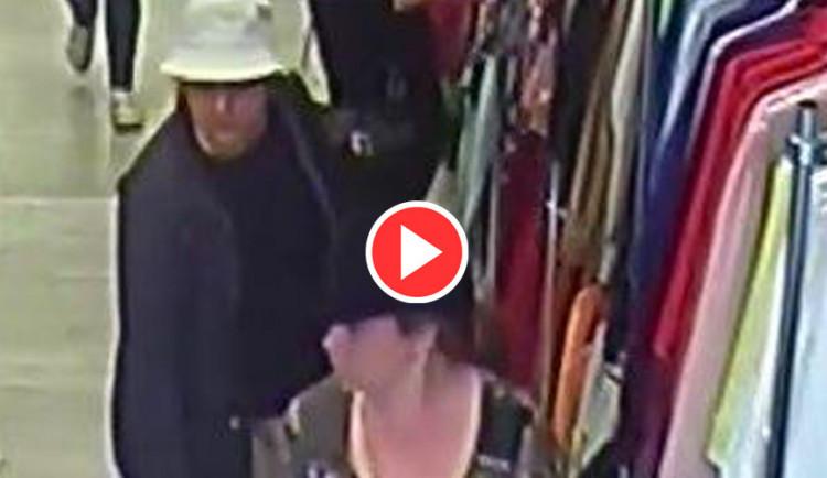 VIDEO: Kapsářky ukradly v olomouckém obchodě peněženku, policie je hledá