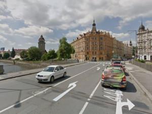 Most na Komenského je zavřený, objížďka vede z Pavlovické přes Divišovu na Tovární