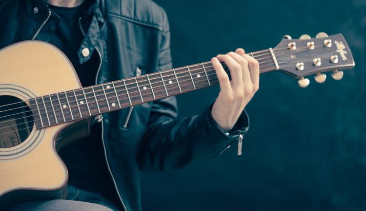 Muž hrál o půl třetí ráno na Komenského ulici na kytaru, lidé na něj zavolali hlídku strážníků