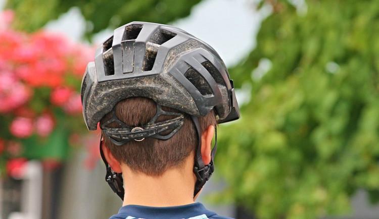 Test cyklistických helem ukázal, že sice splňují normy, ale mozek při šikmém nárazu často neochrání