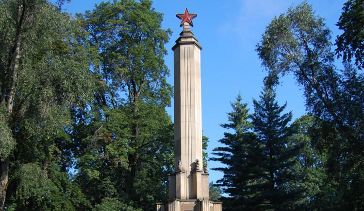 U památníku osvobození Rudou armádou bude nové dláždění, tráva či keře za tři a půl milionu