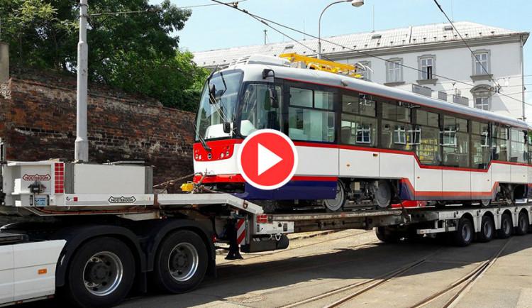 VIDEO: Do Olomouce dorazil nadměrný náklad, přivezl modernizované tramvaje