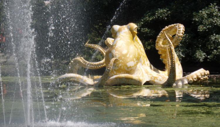 FOTO: Jezírko ve Smetanových sadech zdobí obří chobotnice
