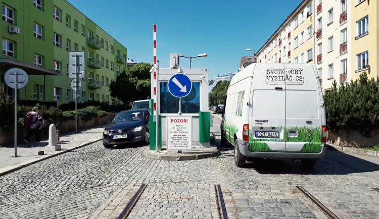 FOTO: V olomoucké fakultce funguje nový vjezdový a parkovací systém