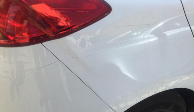 Vandal poškodil ostrým předmětem v centru Olomouce hned několik zaparkovaných aut