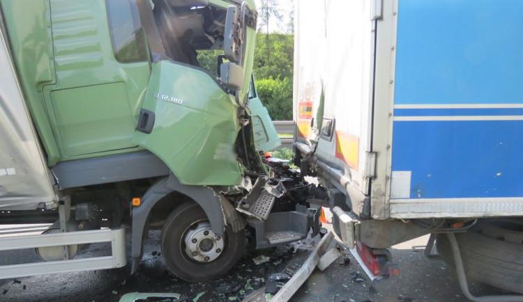 Řidič náklaďáku musel prudce brzdit kvůli nehodě před ním, zezadu do něj narazil další náklaďák