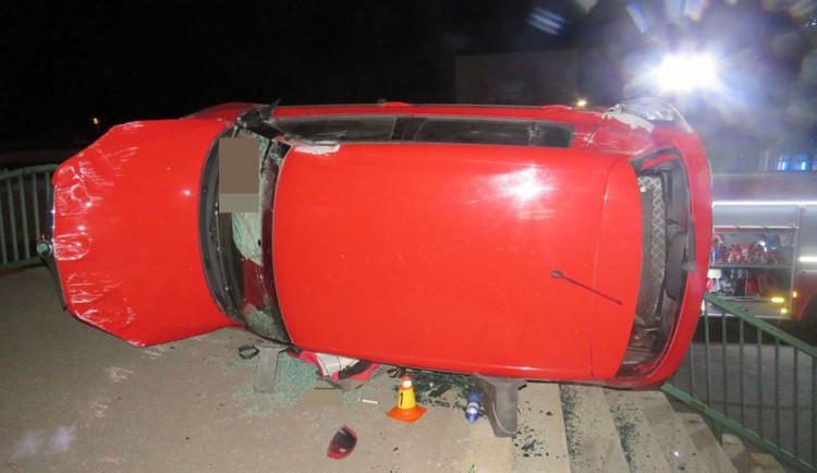 Osmadvacetiletý řidič přejel svodidla a převrátil auto na bok, nadýchal skoro tři promile