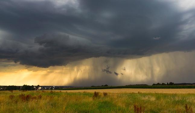 V celém Česku hrozí až do nedělního večera silné bouřky