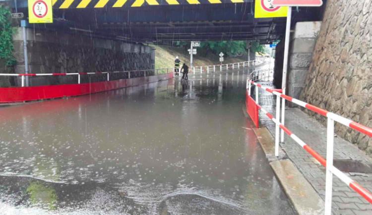FOTO: Hasiči na severu Moravy vyjížděli kvůli bouřkám. Voda tam zaplavovala sklepy i transfuzní stanici