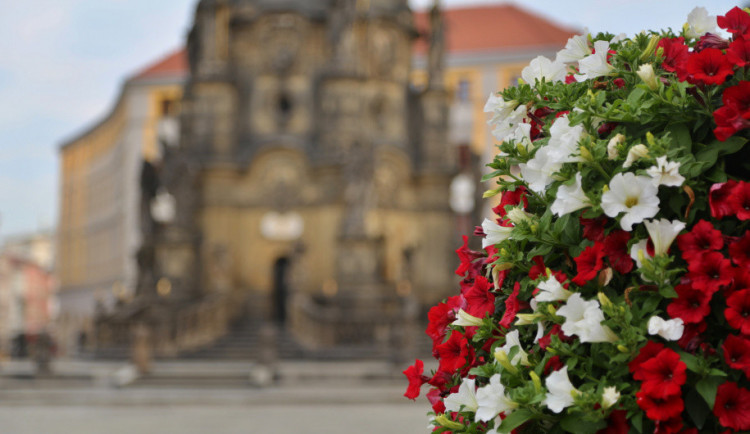 Centrum města zdobí květinové pyramidy, připomínají 100. výročí Československa
