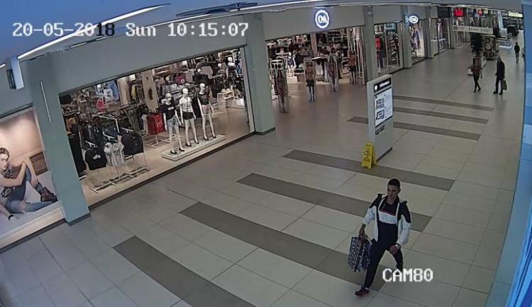 FOTO: Zloděj odstranil na více jak dvaceti kusech oblečení čipy a ukradl je. Policie po něm nyní pátrá
