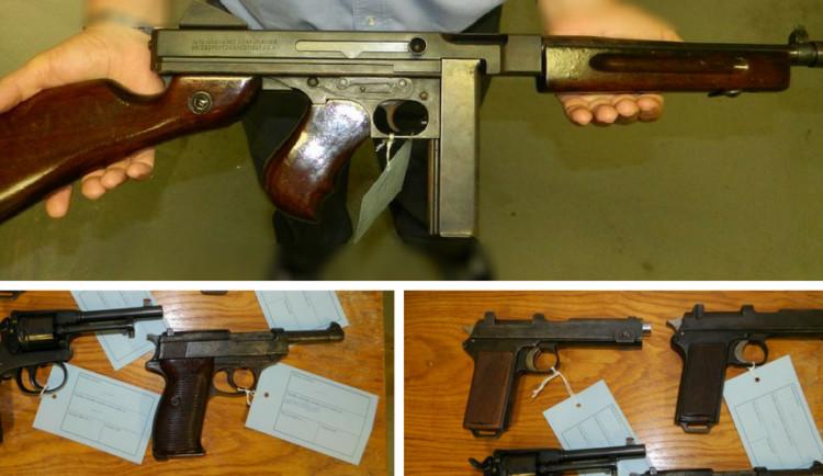 V trezoru zemřelého muže nalezli policisté historické revolvery i samopal Thompson, všechny držel nelegálně