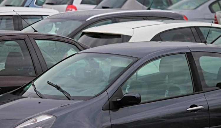 Muž si nezamknul auto, zloděj mu z něj ukradl tři mobilní telefony, platební kartu i doklady
