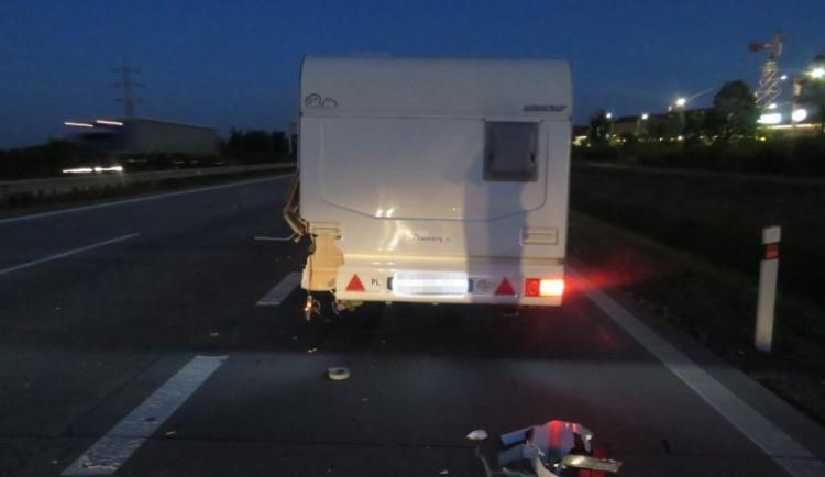 Policie pátrá po svědcích nehody, při které řidič narazil zezadu do karavanu a ujel