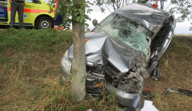 Řidič přejel se svým autem do protisměru a narazil s ním do stromu. Zraněný zůstal ve vozidle zaklíněn