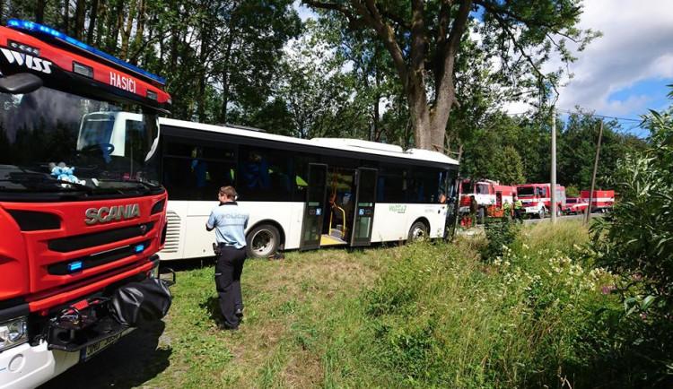 AKTUÁLNĚ: Na Olomoucku narazil autobus do stromu, zranilo se jedenáct lidí