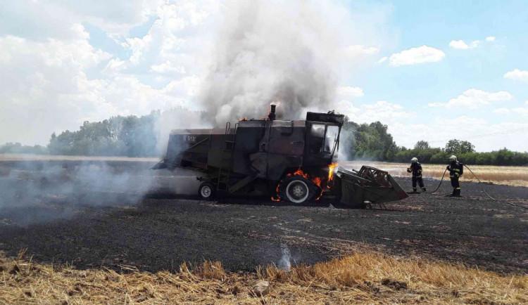 FOTO: Hasiči likvidovali požár kombajnu na poli, stroj kompletně shořel